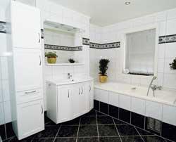 Membranplatene er dekket  med italienske fliser. Innbyggingen av badekaret er også gjort med membranplater.