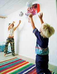 Ville barn har ville leker. Basketkurven ble en skikkelig hit. Nå starter Victor og Klas hver morgen med basketballkamp.