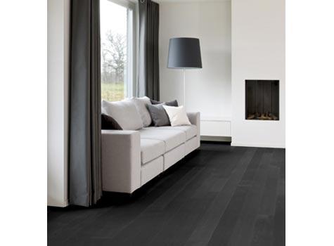 Lyst og mørkt: Kombinasjonen mørkt gulv og lyst interiør fungerer ofte utmerket sammen, som her, hvor man har brukt parketten Charcoal.