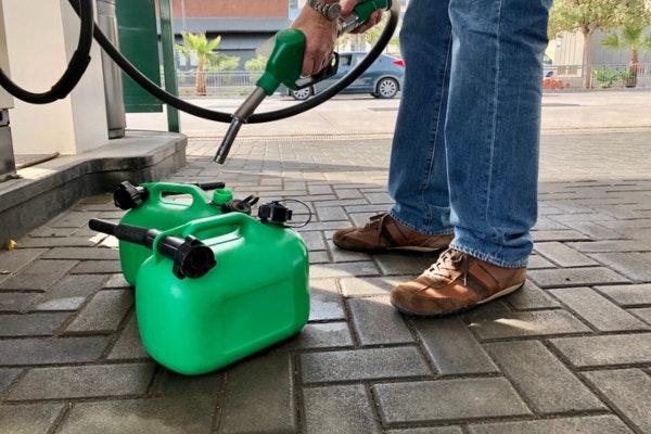 Person fylder 2 benzindunke