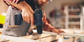 Håndværker med skruemaskine