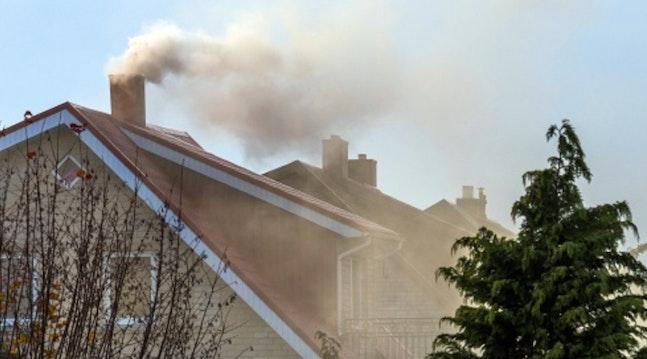 Hus med røg ud af skorstenen.
