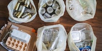 Affaldssortering af plast, pap, metal, glas og batterier.
