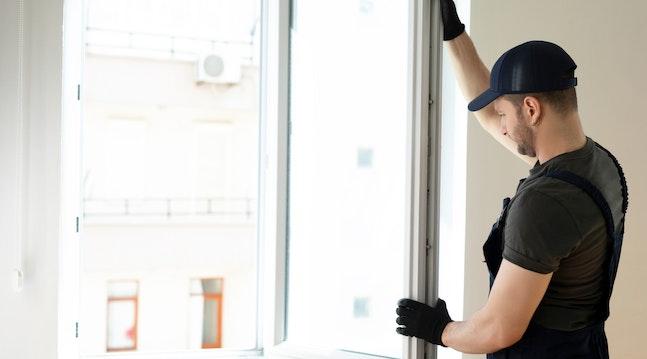 Håndværker sætter vinduer i