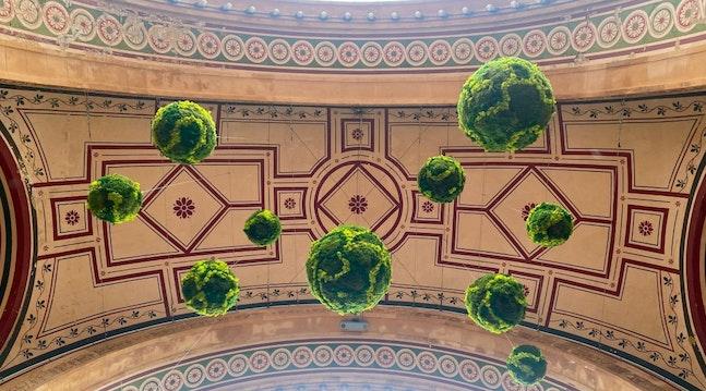 Svævende planter ved indgangen til Tivoli