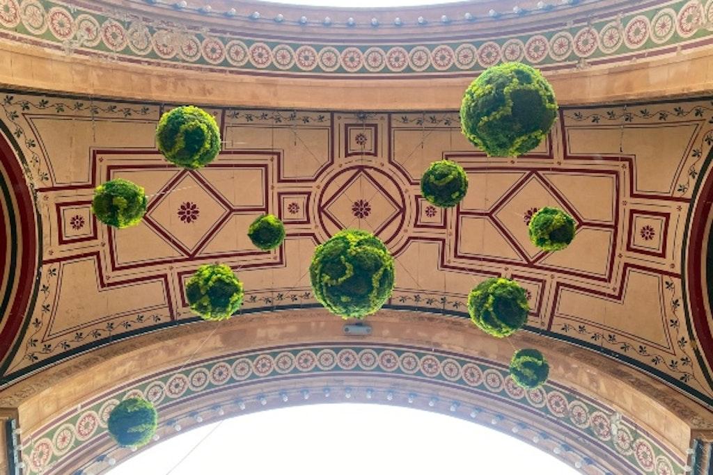 Svævende planeter ved indgangen til Tivoli