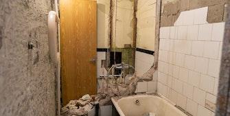 Slidt badeværelse under renovering