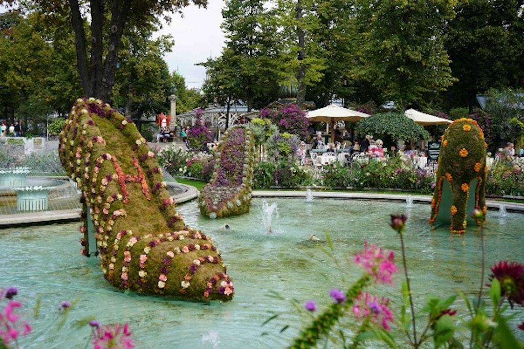 Blomsterstilethæle i vandbassin