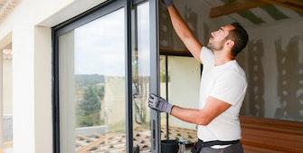 Håndværker i gang med at montere nye vinduer