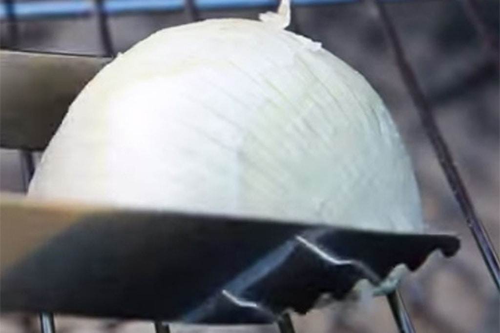 Overskåret løg på grillrist