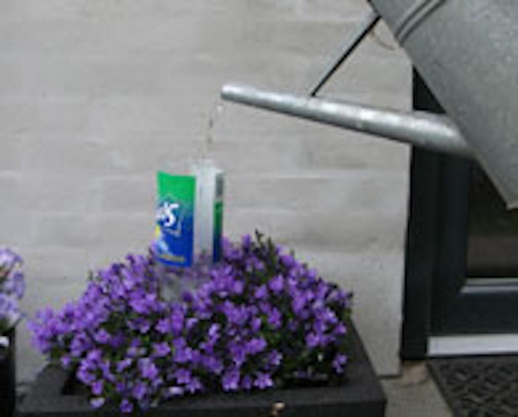 Vandingsautomat hjælper de blomster i krukkerne, når du tager på ferie