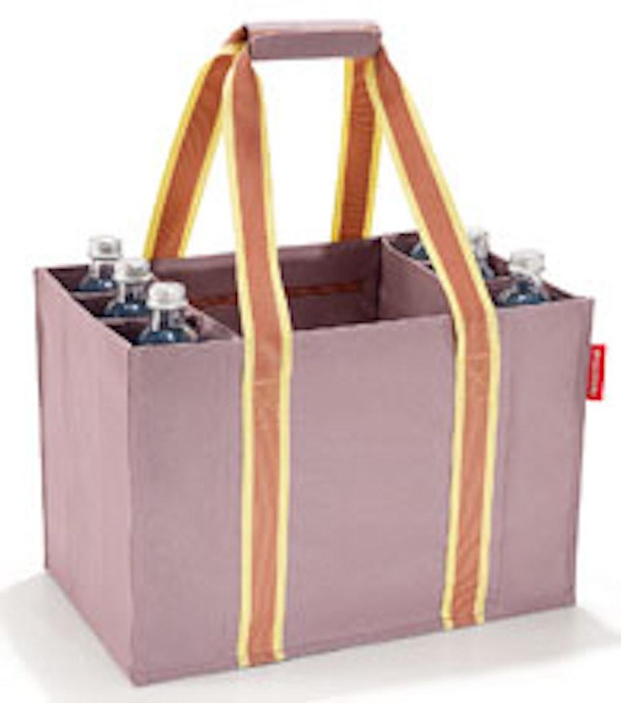 Tasken rummer flasker og varer i hvert rum