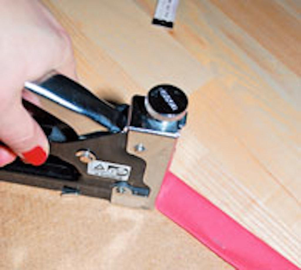 Stræk stoffet under monteringen