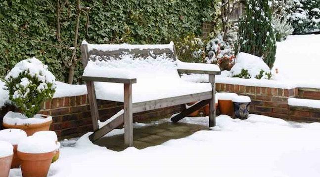Havemøbler med sne