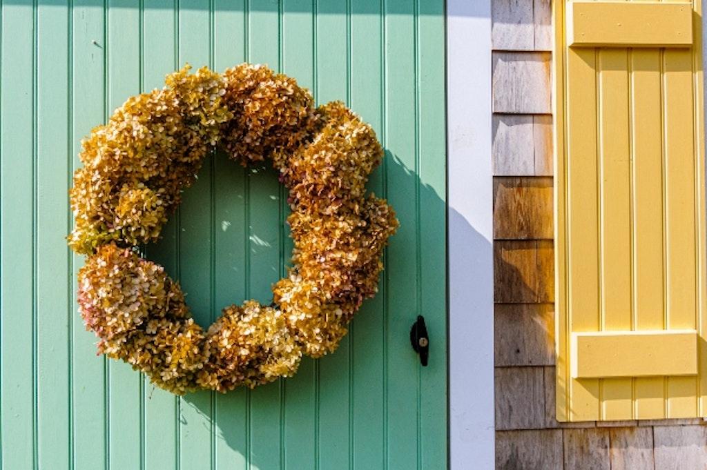 Efterårskrans af hortensia på grøn dør