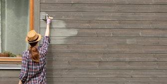 Kvinde der maler hus