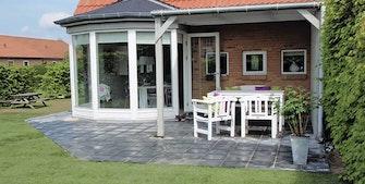 En terrasse med detaljer som skaber sammenhæng i haven