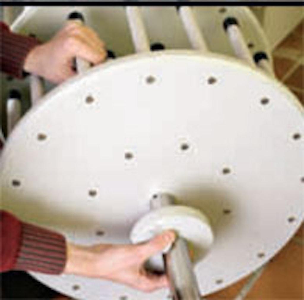 Karrusellen monteres på jernstang og med rondeller