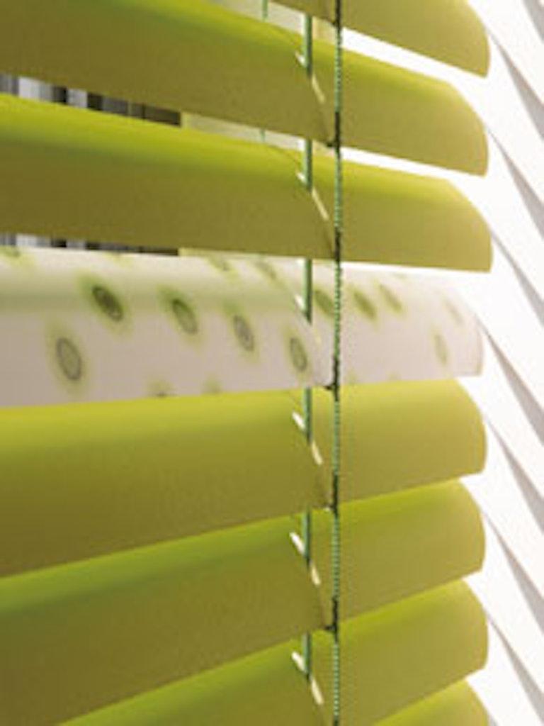 Persienne med ultrabrede aluminiumslameller, der skaber rå effekt i rummet
