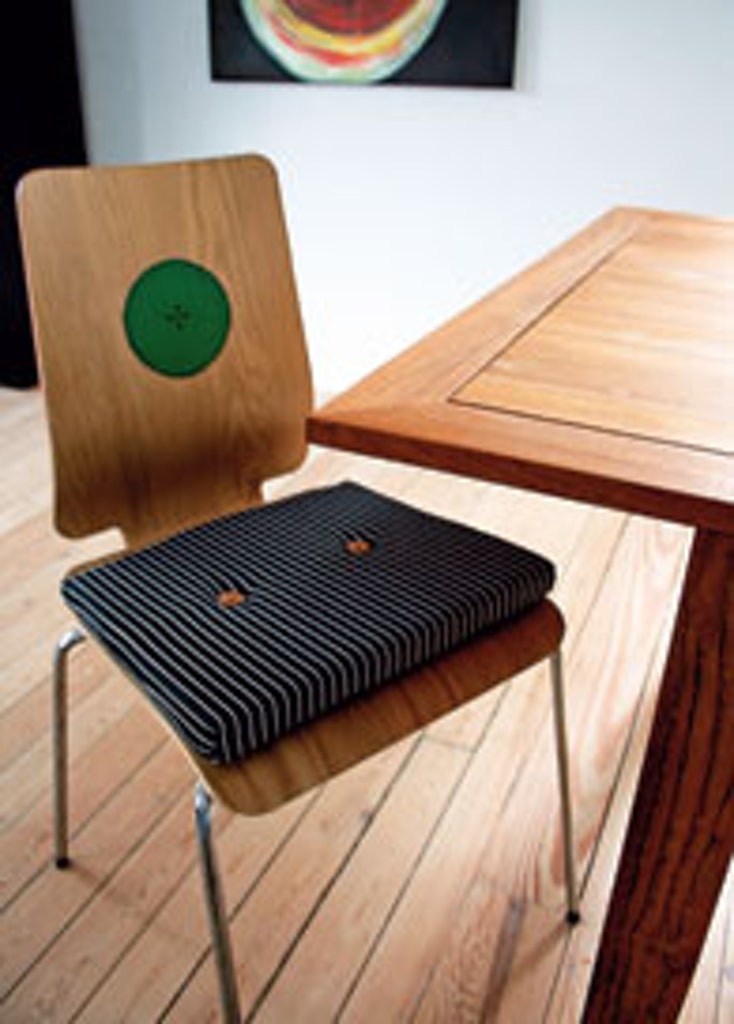 Stolen er udsmykket med hynde og knapper
